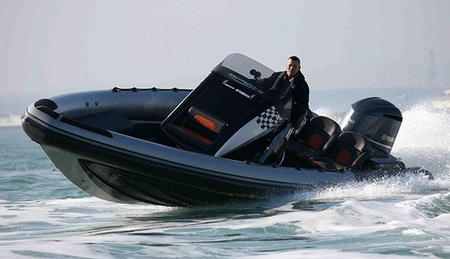 The Technohull Aquavite 888 turning at speed