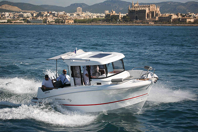 Beneteau Barracuda 7 powering along