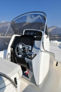 BWA 28 GTc – central helm console