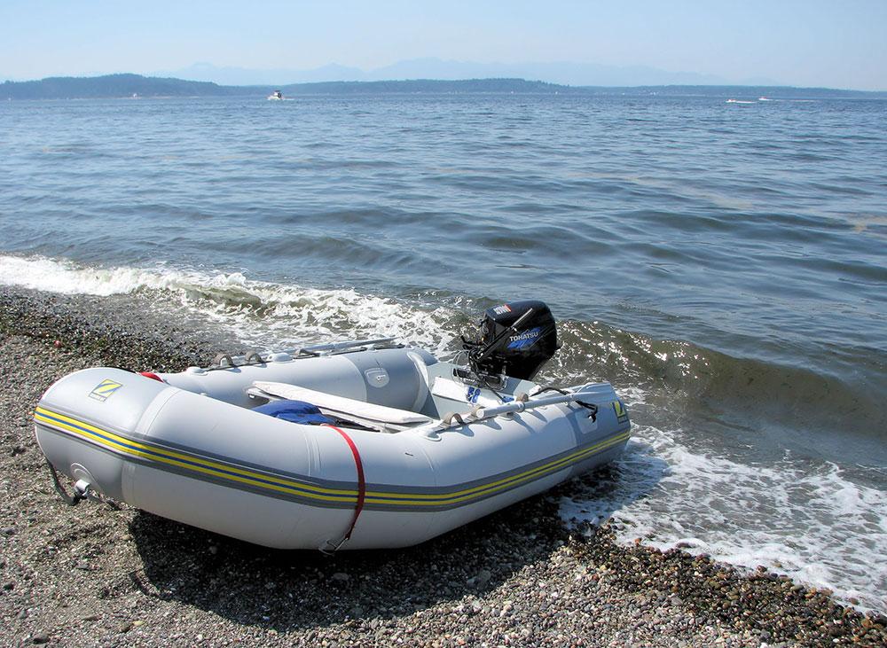 Powerboats: tender.