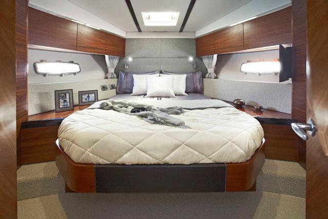 Sealine F48 guest suite