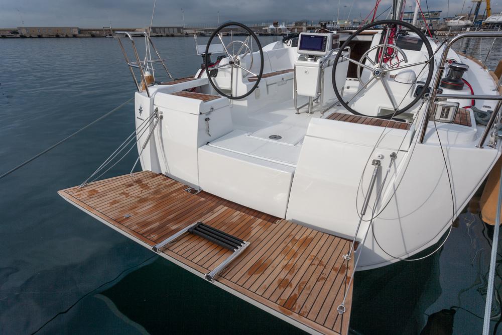 Review Jeanneau Sun Odyssey 419 aft swim platform