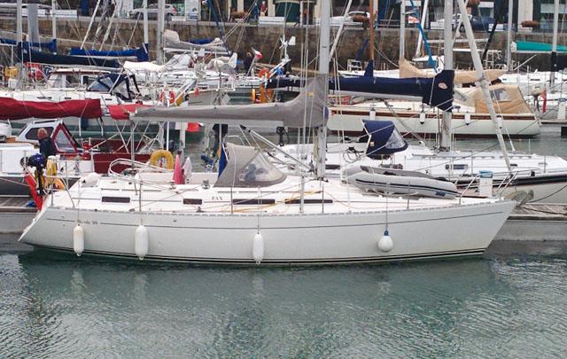 Moody 35: Centre cockpit cruising yachts