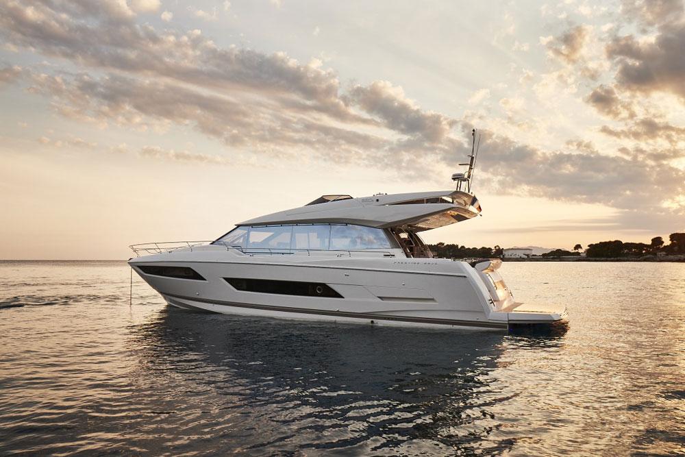 Prestige 680 S at anchor