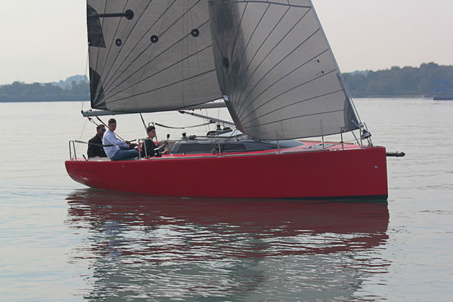 Huzar 28 daysailer review: eye-catching style