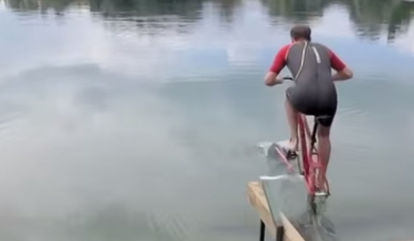 Hydrofoiling bicycle: who needs the wind?