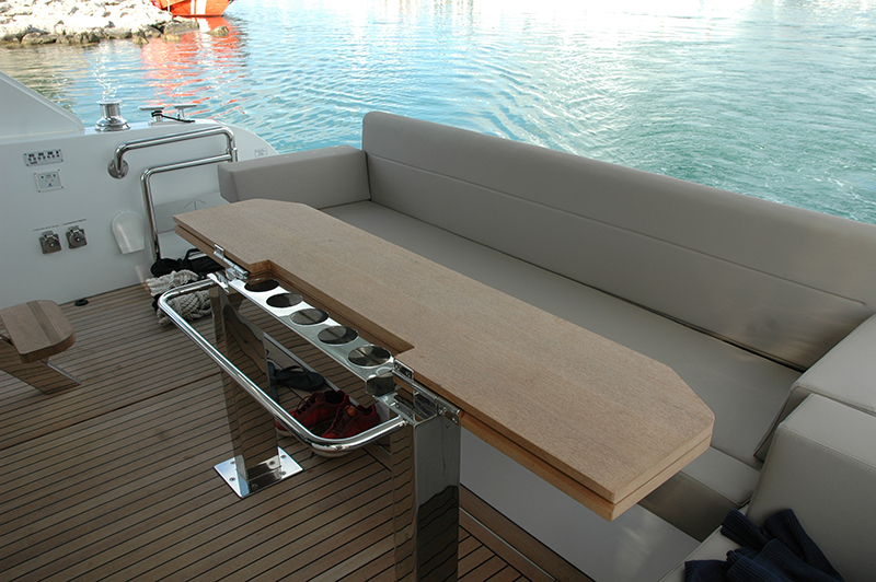 Sealine F530 review boatscom : 3SealineF530Cockpit from uk.boats.com size 800 x 532 jpeg 394kB