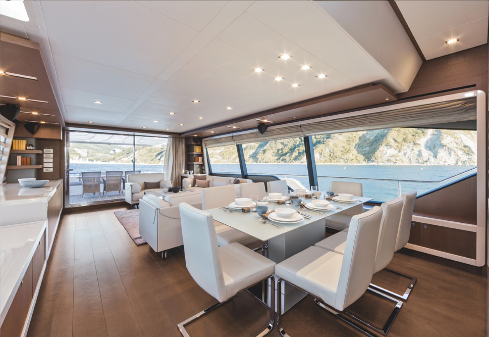 Ferretti Yachts 870: Dining and main saloon